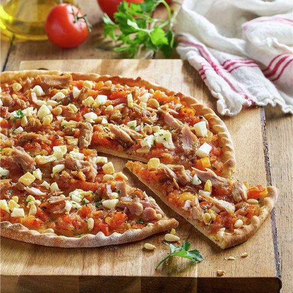 Pizza de tomate con atún, huevo duro y piñones