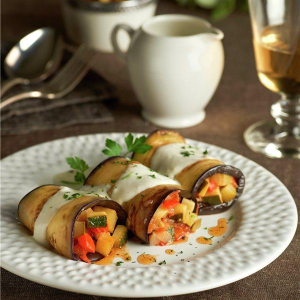 Rollitos de berenjena con pisto de verduras y bechamel