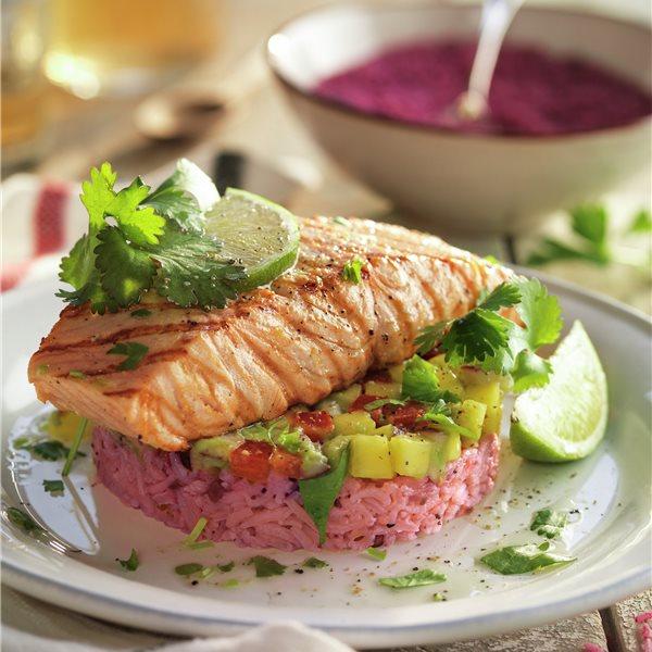 Timbales de arroz rosa y salmón con aguacate y lima