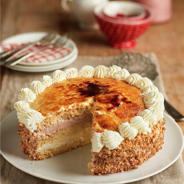 Tarta San Marcos: bizcocho con nata, trufa y yema quemada