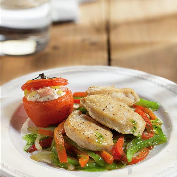 Pechugas de pollo con tomates rellenos