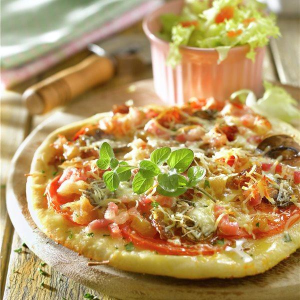 Pizza con tomate y champiñones a la crema