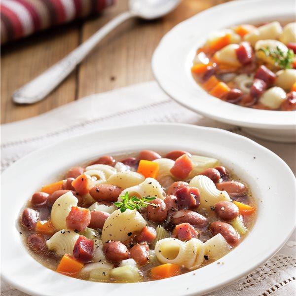 Potaje de alubias pintas con verduras y pasta