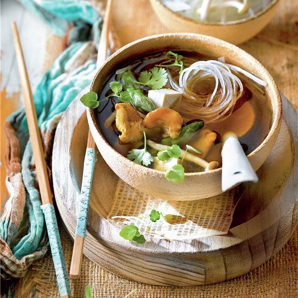 Ramen con algas, nabo daikon, espárragos y setas