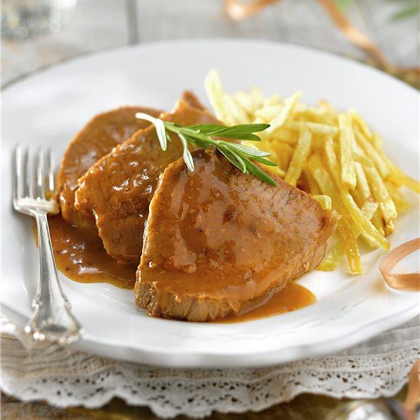 Redondo de ternera con salsa y patatas paja