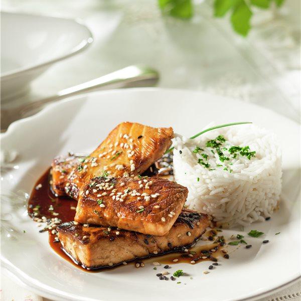 Salmón con salsa y arroz basmati
