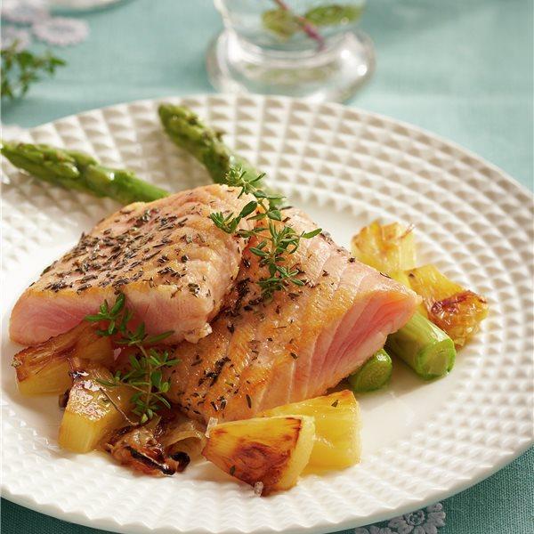 Salmón marinado con espárragos y piña