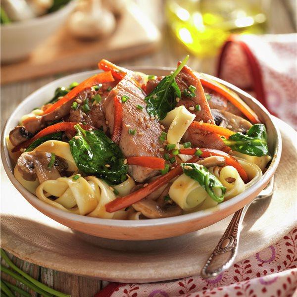 Salteado de bonito y verdura con pasta