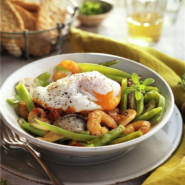 Salteado de judías verdes con gambas, tomate y huevo