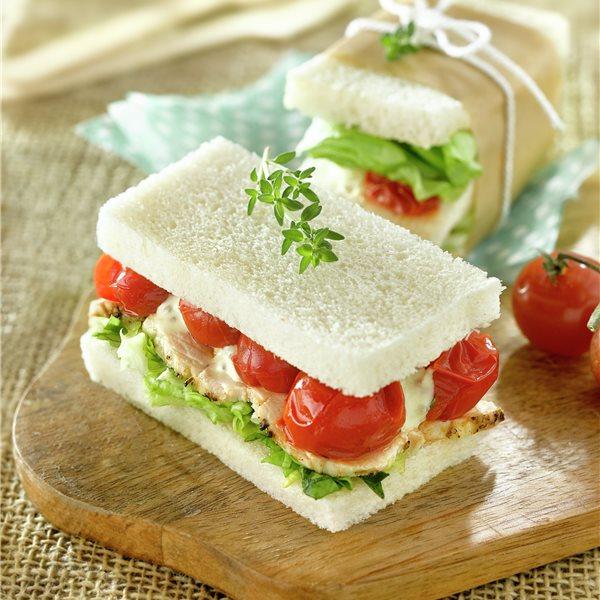 Sandwich de pollo asado con ensalada