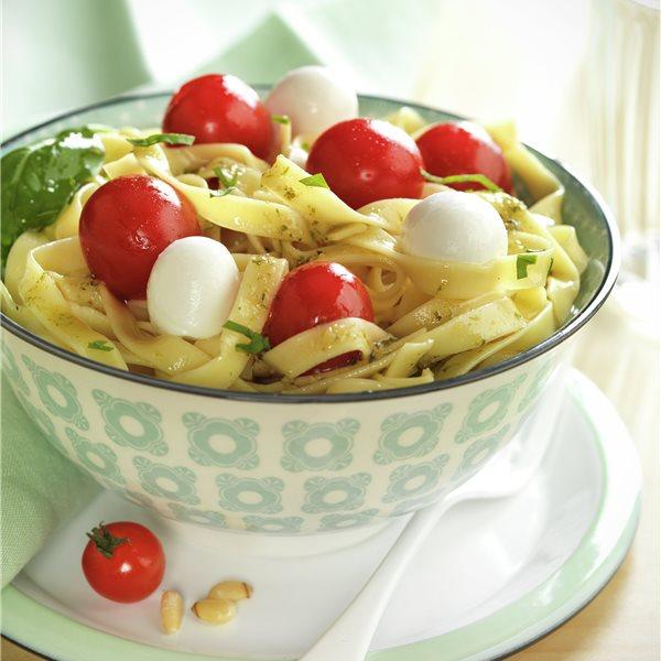 Tallarines al pesto con tomatitos y mozzarella