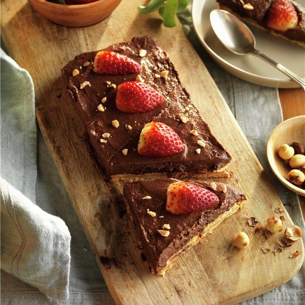 Tarta con mousse de chocolate y fresas
