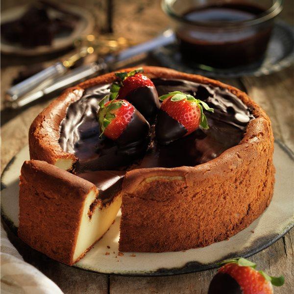Tarta de queso al horno, con cobertura de chocolate y fresones
