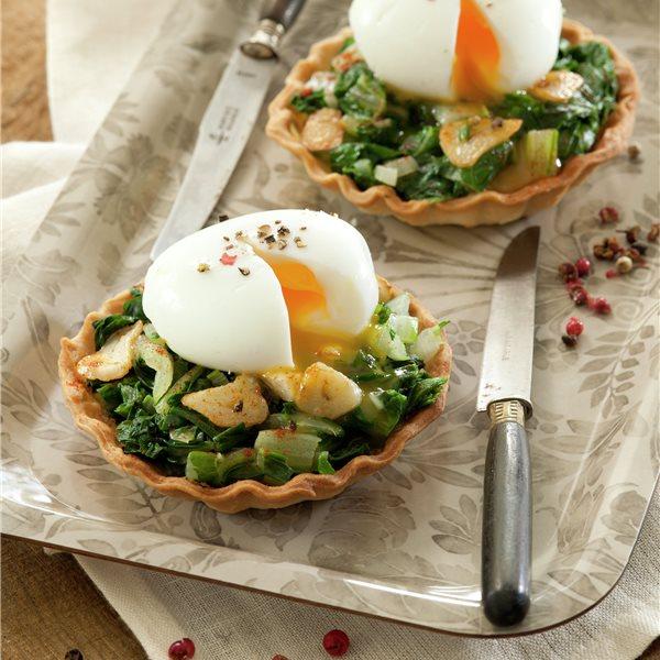 Tartaletas con acelgas salteadas y huevo mollet