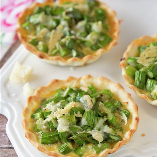 Tartaletas de espárragos verdes con queso