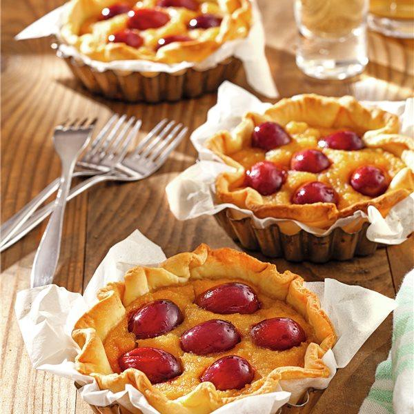 Tartas de uvas, manzana y galletas almendradas