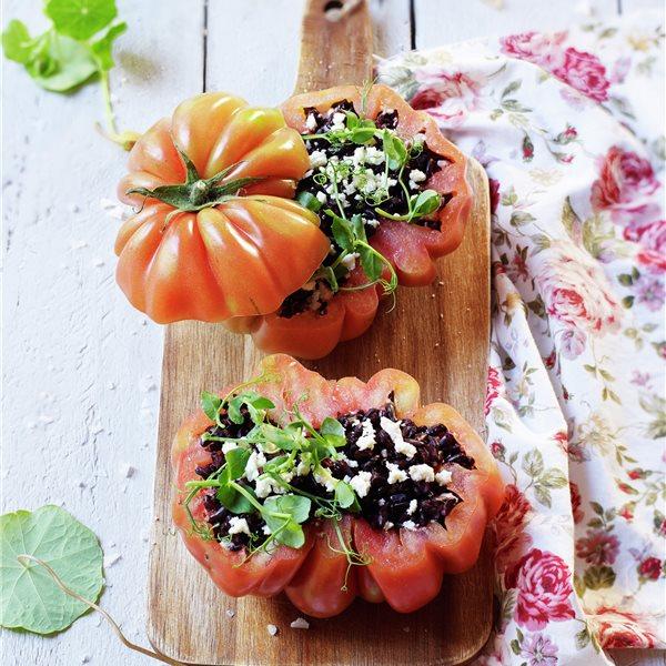 Tomates rellenos de ensalada de arroz nerone