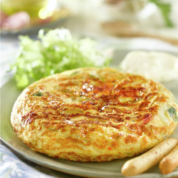 Tortilla campera con ensalada y alioli