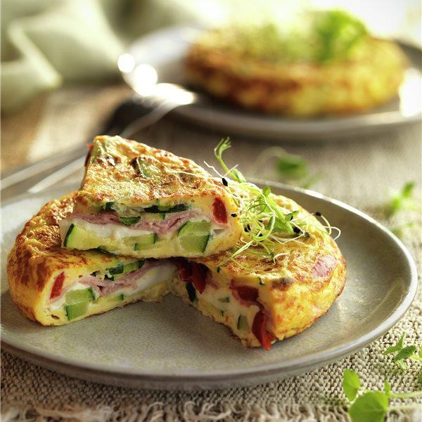 Tortilla de calabacín rellena de queso, jamón y pimiento asado