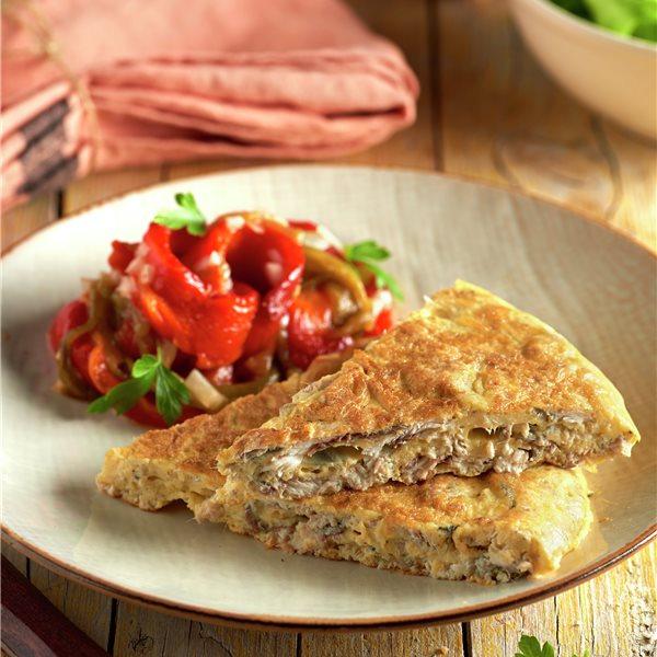 Tortilla de boquerones con ensalada de pimientos