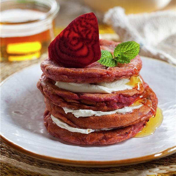 Tortitas red velvet con queso y miel