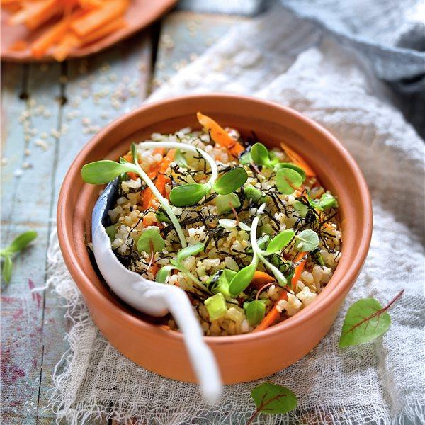 """Ensalada """"japo"""" de arroz con nori y germinados"""