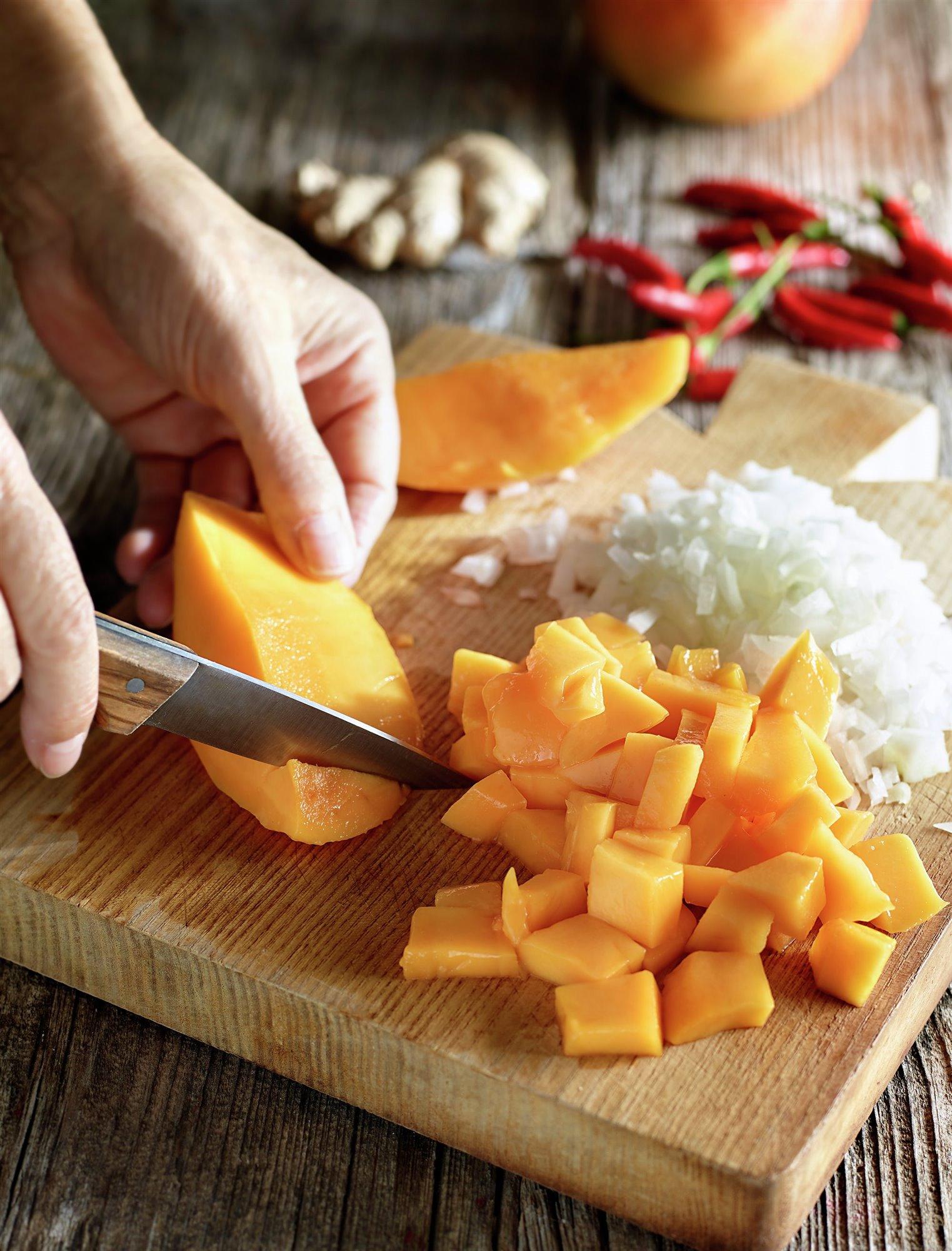 1. Trocea los mangos