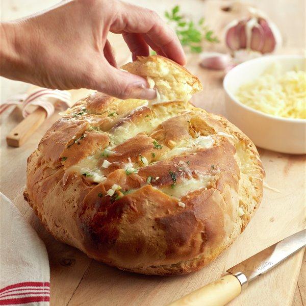 Hogaza de pan con queso, ajo y perejil