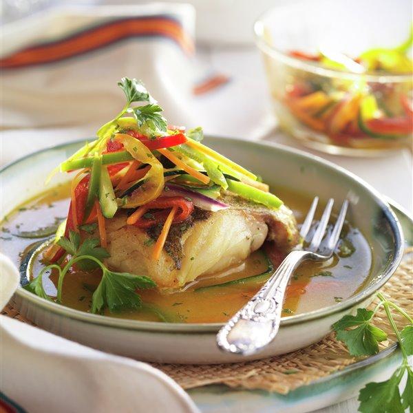 Merluza con salsa al curry y verduritas