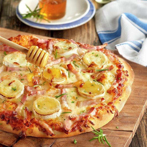 Pizza de queso de cabra y beicon con un toque de miel