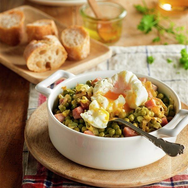 Salteado de guisantes con jamón y huevo poché
