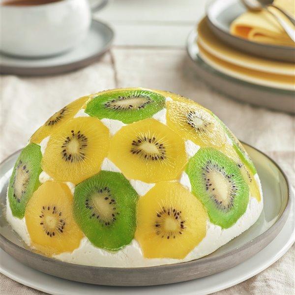 Semiesfera de kiwi y nata rellena de bizcocho
