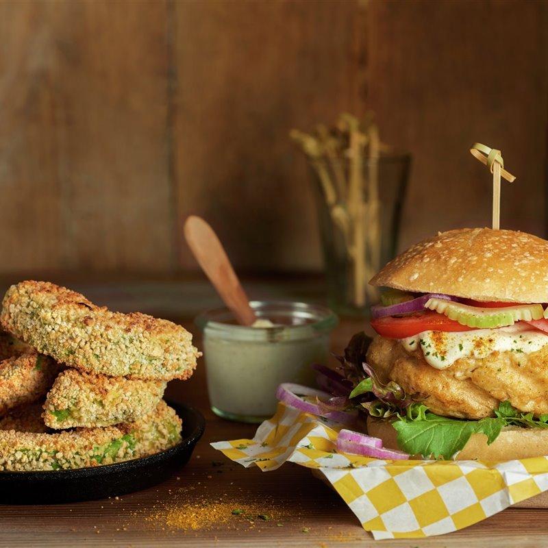 hamburguesa_de_pollo_con_salsa_al_curry_y_gajos_crujientes_de_aguacate