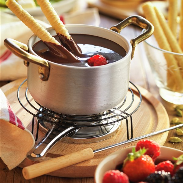 Fondue de chocolate con frutas y galletas