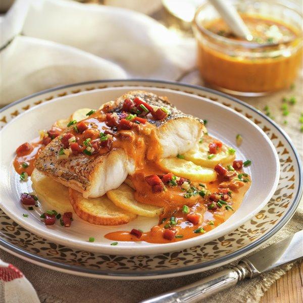 Merluza sobre patatas con salsa de jamón serrano