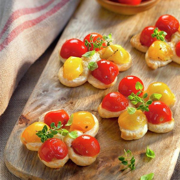 Canapé de tomatitos en forma de flor