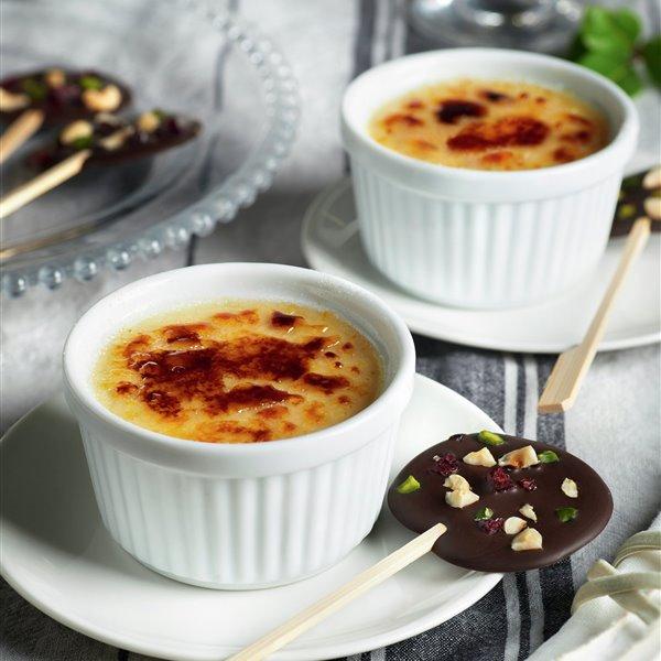 Crema catalana con piruleta de chocolate