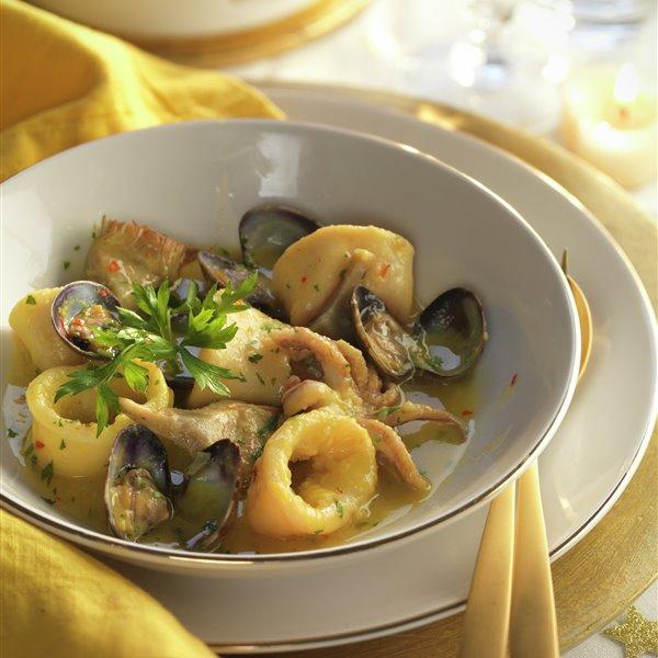 Guiso de calamares con almejas y alcachofas