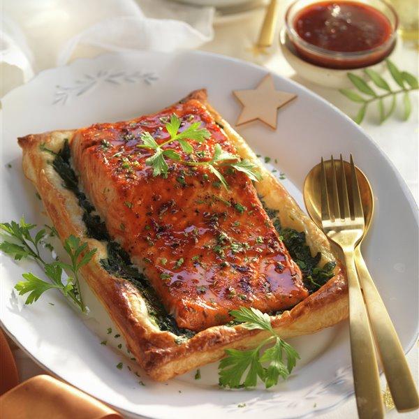 Hojaldre de salmón al horno con espinacas y salsa barbacoa