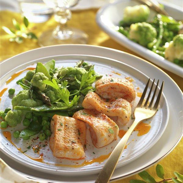 Lomos de lenguado al pimentón con salteado de verduras verdes