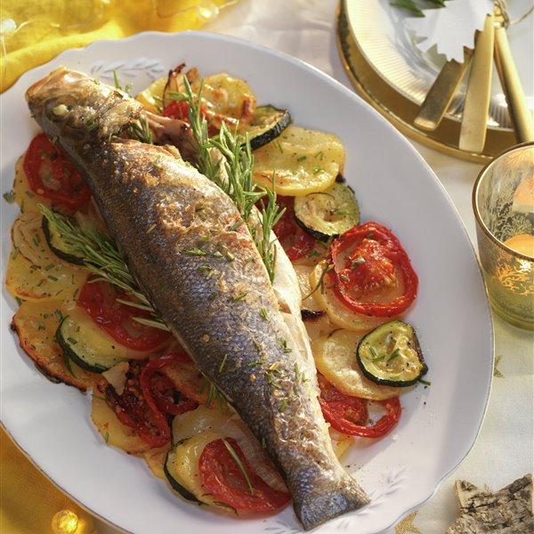 Lubina al horno con patatas y verduras