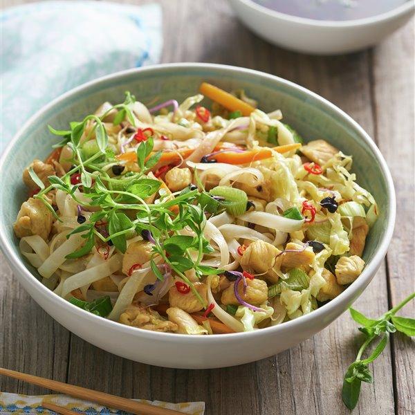 Noodles con pollo y anacardos