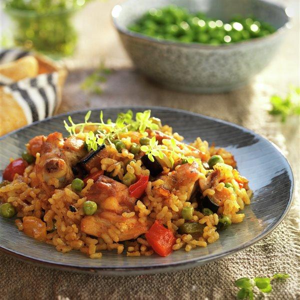 Paella con pollo y hortalizas