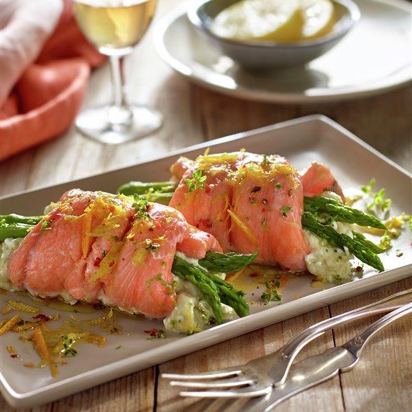 Rollitos de salmón y espárragos