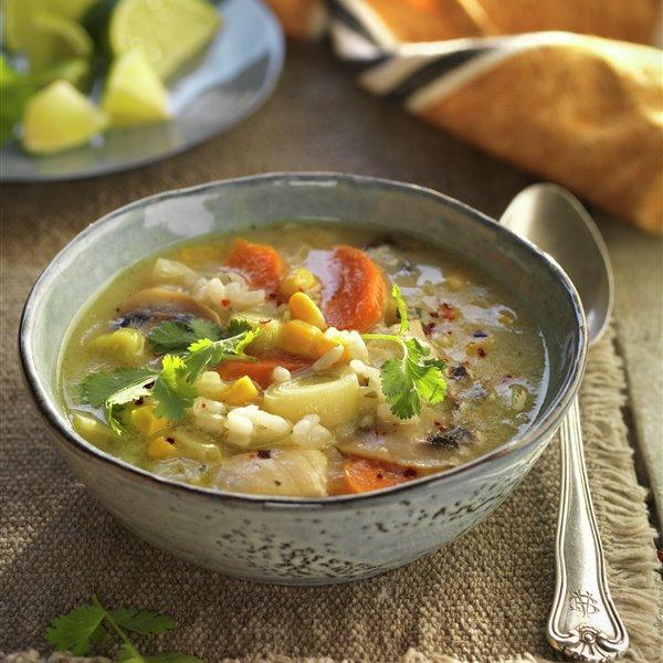 Sopa thai de arroz con pollo y verduras
