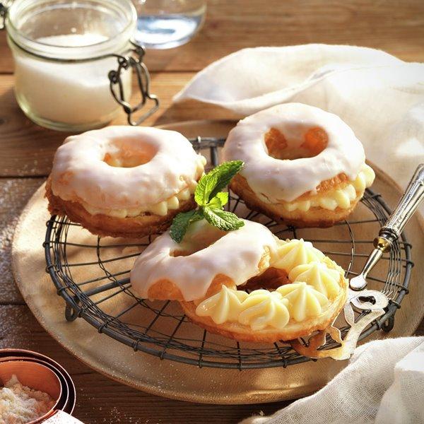 Mini roscones glaseados rellenos de crema de limón