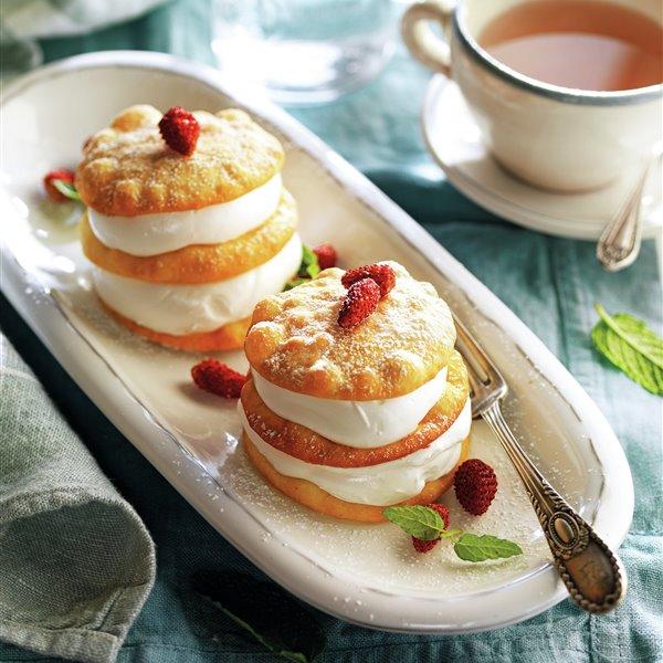 Milhojas de tortitas crujientes con merengue y fresitas del bosque