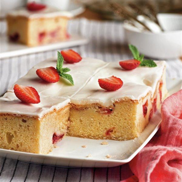 Bizcocho esponjoso con fresas y cobertura de nata