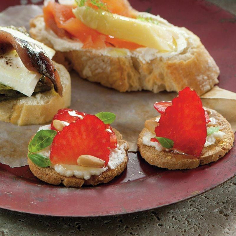 montaditos_con_queso_galletas_con_fresas_y_queso_de_cabra_pimiento_anchoas_y_queso_burgos_salmon_esparragos_y_queso_de_untar