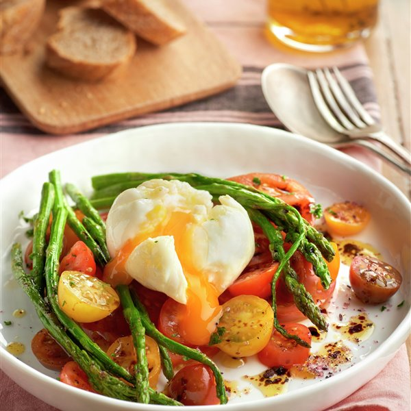 Huevos poché con verduras